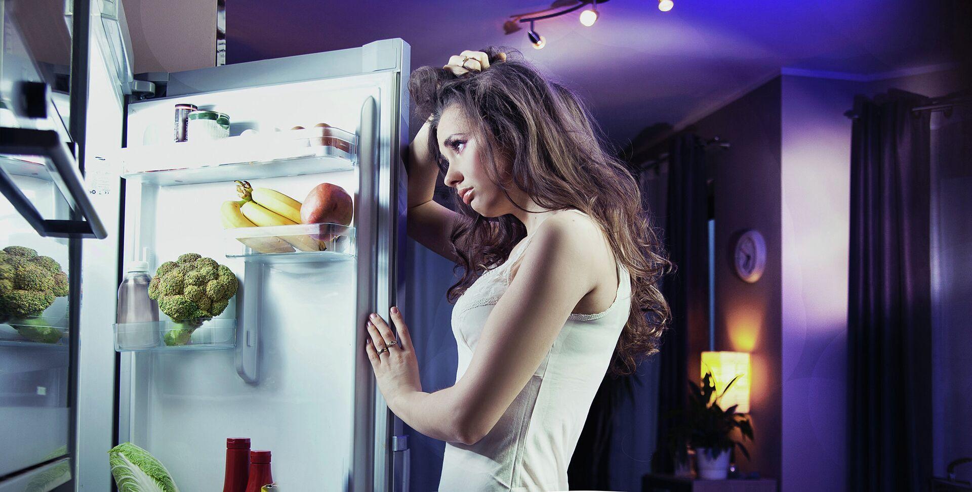 Девушка заглядывает в холодильник - РИА Новости, 1920, 13.10.2021