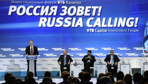 Президент РФ Владимир Путин (слева) на форуме ВТБ Капитал Россия зовет! в Москве