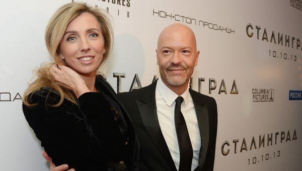 Режиссер Федор Бондарчук с супругой Светланой перед премьерой своего фильма Сталинград, фото с места событий