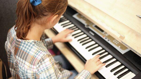 Школьница на уроке музыки в центре образования 686