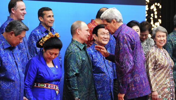 Президент России Владимир Путин (в центре) и госсекретарь США Джон Керри (справа на первом плане) принимают участие во встрече лидеров АТЭС