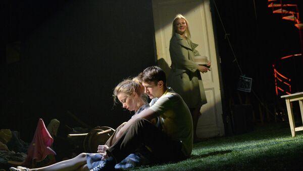 Сцена из спектакля С любимыми не расставайтесь, фото с места событий