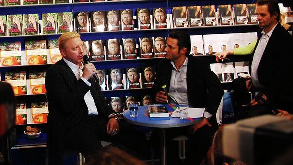 Немецкий теннисист Борис Беккер на презентации своей автобиографии Жизнь не игра (Das Leben ist kein Spiel)