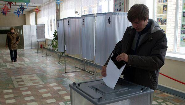 Избиратель на избирательном участке, архивное фото