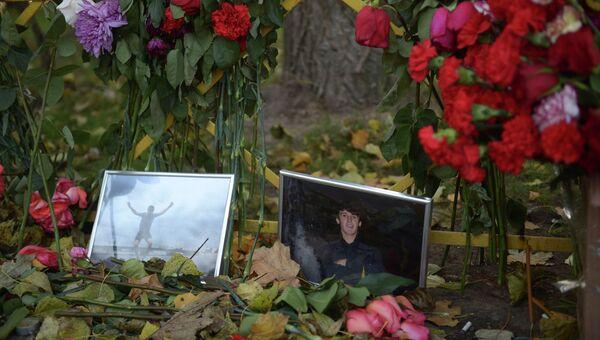 Цветы на месте убийства Егора Щербакова.