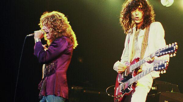 Джимми Пейдж и Роберт Плант, участники группы Led Zeppelin. 1977. Архивное фото