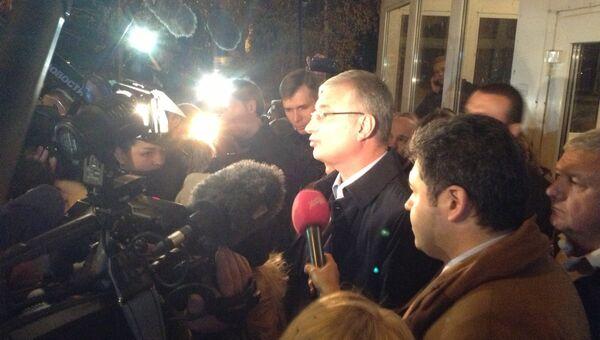 Префект ЮАО Георгий Смолеевский общается с митингующими около управы в Бирюлево Западное
