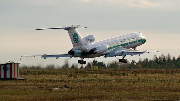 Ту-154М авиакомпании Алроса на взлетной полосе томского аэропорта