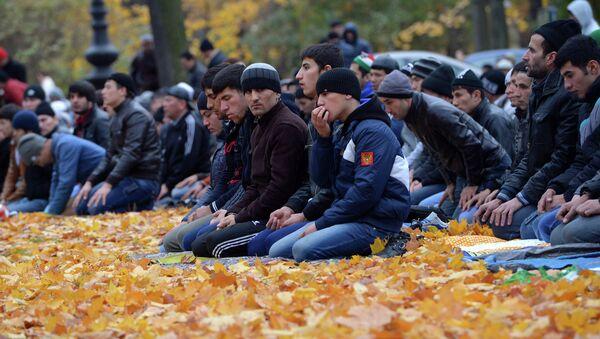Мусульмане в день праздника жертвоприношения Курбан-байрам молятся около Соборной Мечети в Санкт-Петербурге. Архив