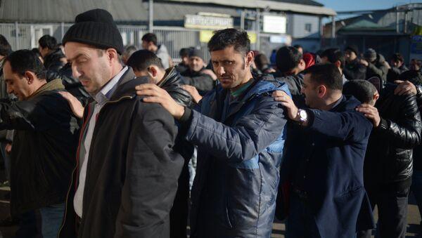 Массовое задержание мигрантов сотрудниками полиции в ходе проверки на овощной базе в Западном Бирюлево.