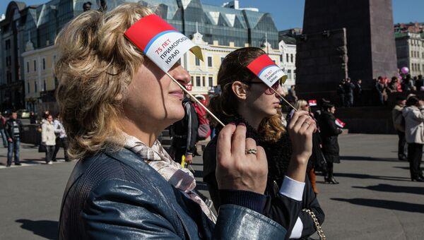 Жители и гости Владивостока собрались на центральной площади города на празднование 75-летия Приморья. Фото с места события