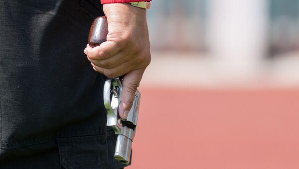 Мужчина держит пистолет, Архивное фото