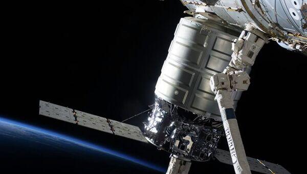 Корабль Cygnus, пристыкованный к МКС