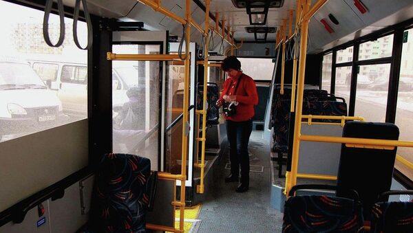 Кондуктор в автобусе, архивное фото