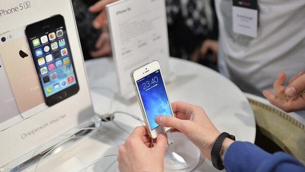 Посетитель московского магазина re:Store знакомится с функциями нового смартфона Apple iPhone 5s. Архивное фото
