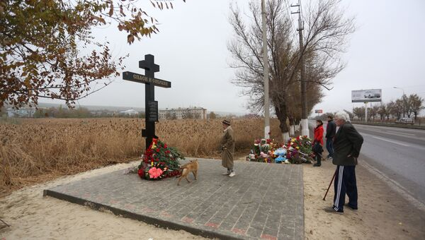 На месте теракта в Волгограде установили крест, фото с места события