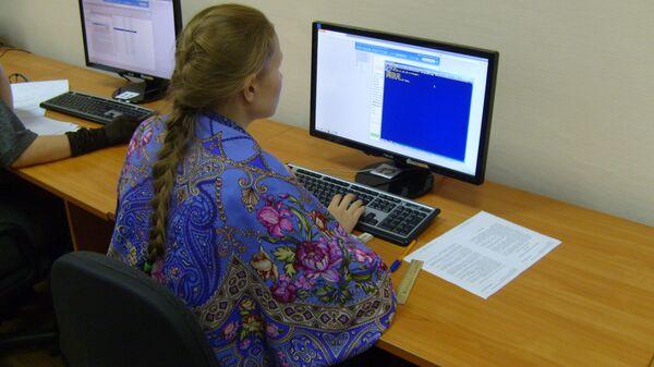 Новосибирские школьники в октябре сдали Единый госэкзамен по английскому языку и информатике в новом формате.