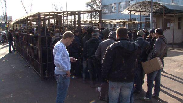 Нелегалы в Москве: очередь за разрешением на работу и рейды полиции