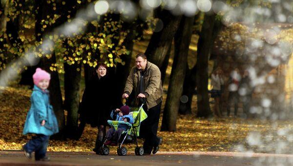 Родители с детьми гуляют. Архивное фото