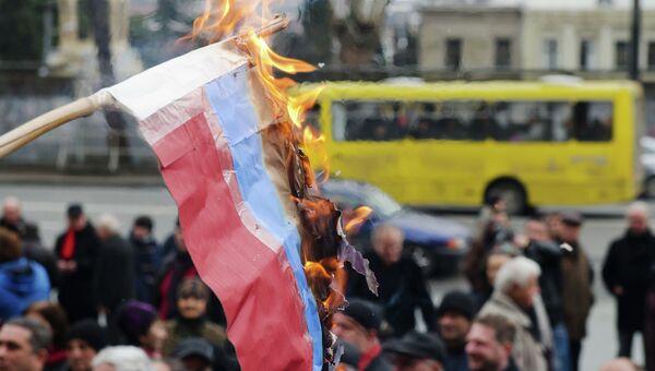 Сожжение государственного флага РФ в Грузии. Архивное фото