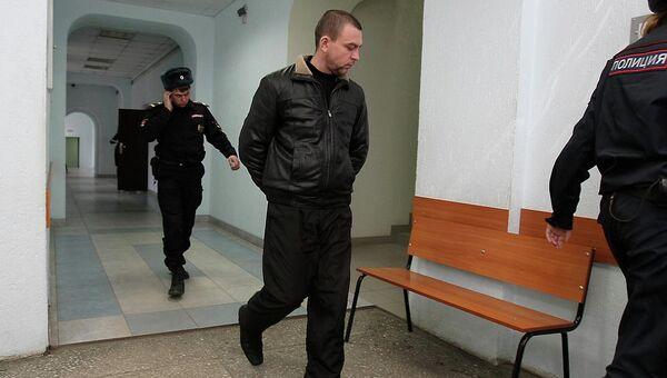 Экс-инспектор ДПС Алексей Мозго в сопровождении сотрудников полиции, событийное фото