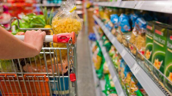 Покупка продуктов питания, архивное фото