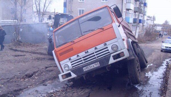 Грузовой автомобиль КамАЗ провалился под асфальт под Самарой. Фото с места события