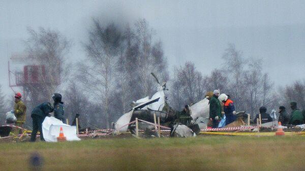 Сотрудники МЧС и правоохранительных органов работают на месте крушения самолета Boeing 737. Архивное фото