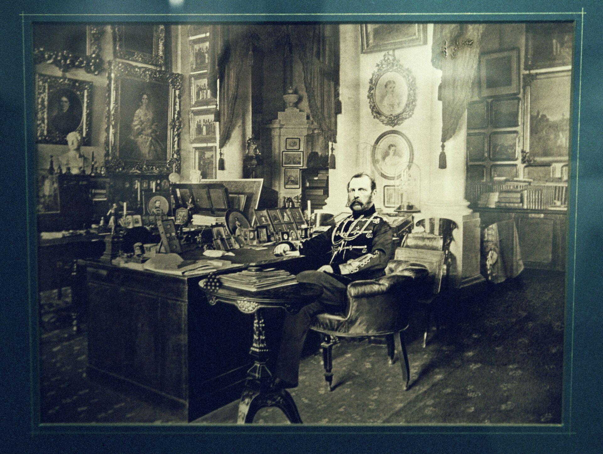 Император Александр II в рабочем кабинете. Фотография С. Л. Левицкого и сына (1880 гг.)  - РИА Новости, 1920, 29.10.2020