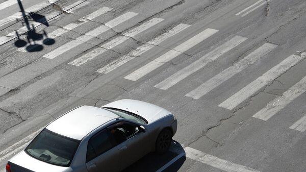 Автомобиль стоит перед пешеходным переходом. Архивное фото