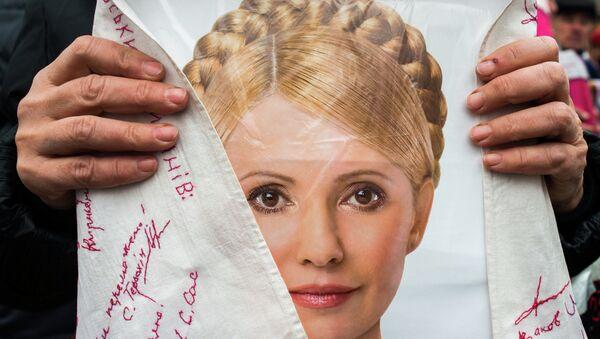 Сторонник экс-премьер-министра Украины Юлии Тимошенко перед Центральной клинической больницей (ЦКБ) №5 Укрзализныци, в стационаре которой находится экс-премьер. Архивное фото