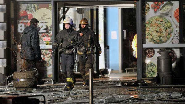 Сотрудники пожарно-спасательной службы в торговом центре Maxima