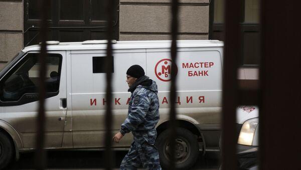 Автомобиль инкассации у офиса Мастер-банка в Москве
