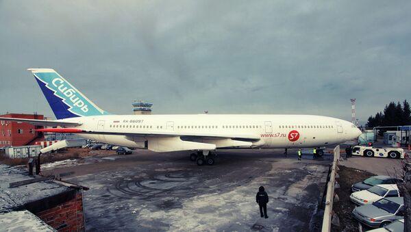 Сотрудники новосибирского аэропорта Толмачево установили у терминала внутренних авиалиний самолет Ил-86