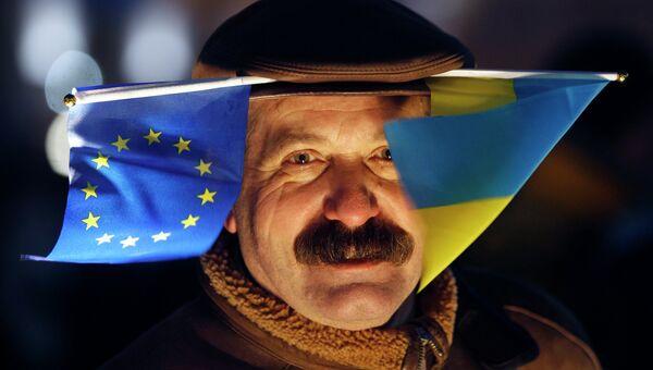 Участник митинга в поддержку евроинтеграции Украины в Киеве. 27 ноября 2013
