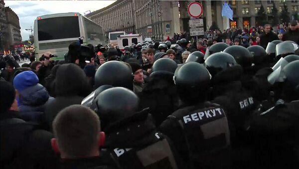 Спецназовцы выдавили сторонников евроинтеграции с проезжей части в  Киеве