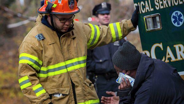 Работа спасателей на месте в Нью-Йорке, где пассажирский поезд сошел с рельсов