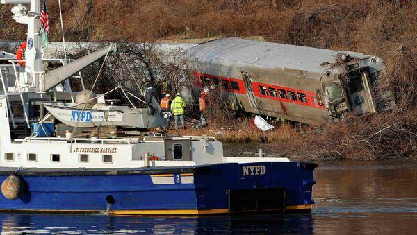Пассажирский поезд сошел с рельсов в Нью-Йорке, несколько вагонов упали в воду