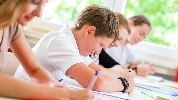 Школьники пишут тест
