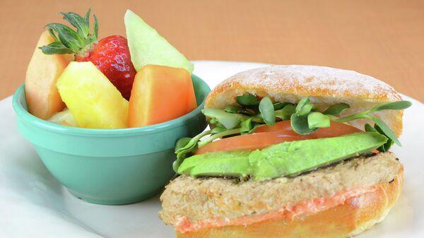 Веганский бургер с авокадо и фруктами