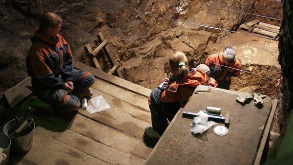 Раскопки в Денисовой пещере на Алтае в июле 2011 года. Фотография авторов статьи.