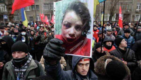 Пикет возле здания МВД Украины из-за избиения журналистки Татьяны Чорновил. 25 декабря 2013