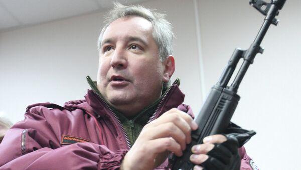 Дмитрий Рогозин держит АК-74, архивное фото