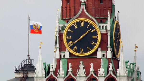 Штандарт президента РФ на фоне Спасской башни Кремля