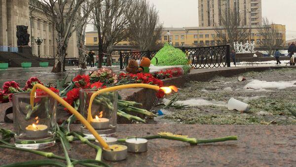 Цветы возле места взрыва в Волгограде, архивное фото