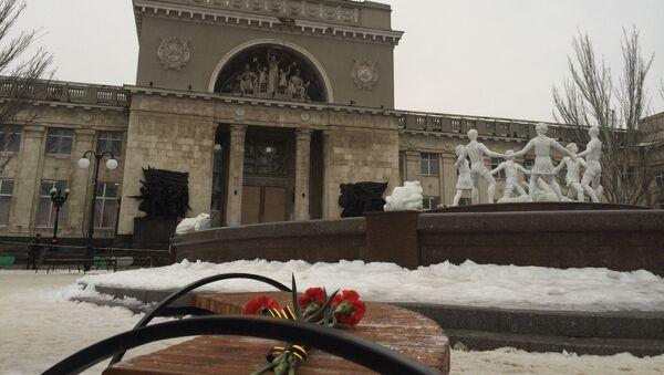 Цветы возле места взрыва в Волгограде, 31.12.2013
