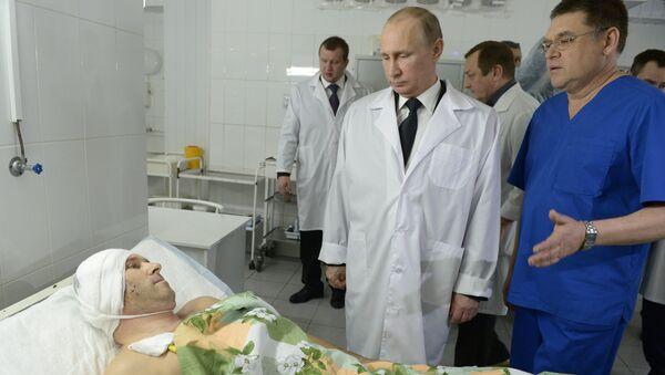 Президент России Владимир Путин во время посещения одной из больниц, куда помещены пострадавшие от терактов в Волгограде