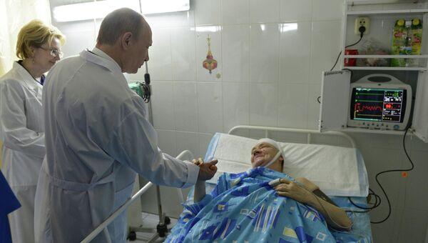 Владимир Путин во время посещения одной из больниц, куда помещены пострадавшие от терактов. Архивное фото