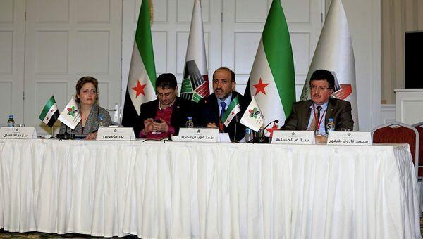 Лидер Нацкоалиции Сирии Ахмад Джарба (в центре) и генеральный секретарь Бадр Джамус (слева). Архивное фото