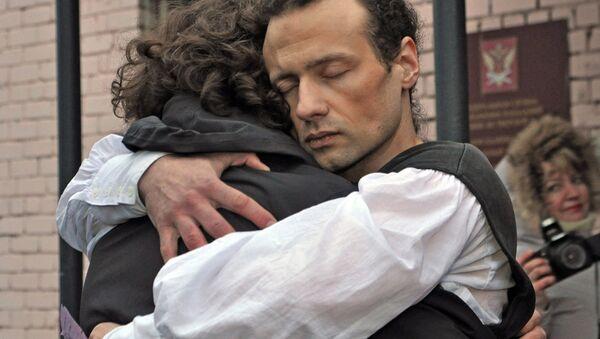 Бывший директор сельского ДК в Тверской области Илья Фарбер обнимает сына Петра у дверей следственного изолятора №1 в Твери